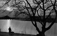 川沿いを歩くモノクロ写真.jpg