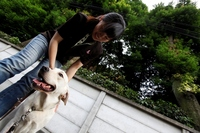 笑顔で犬と接する様子.jpg